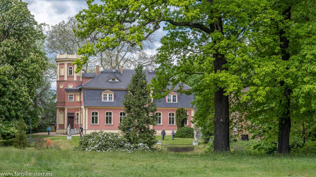 das kleine Schloss Kromlau am Rande des Rhododendronparks in Kromlau in der Lausitz