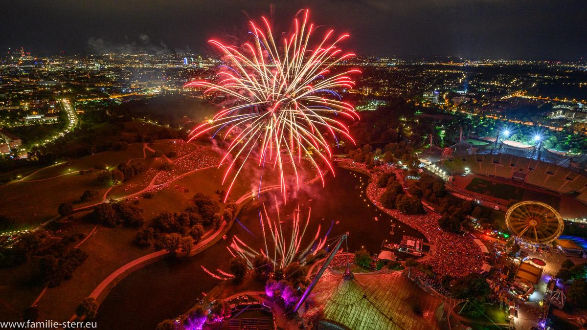 Feuerwerk beim imPark Sommerfestival, aufgenommen von oben vom Olympiaturm aus