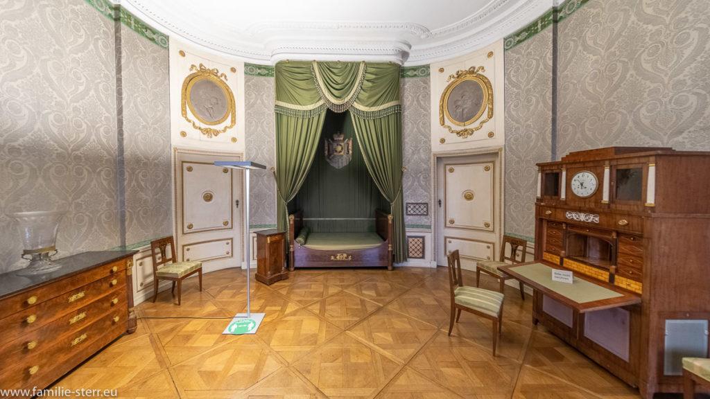 Schlafzimmer des Fürsten Wrede mit grünem Himmelbett auf der Residenz Ellingen