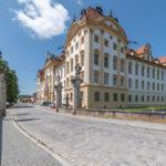 Außenansicht der Residenz Ellingen unter weiß-blauem Himmel
