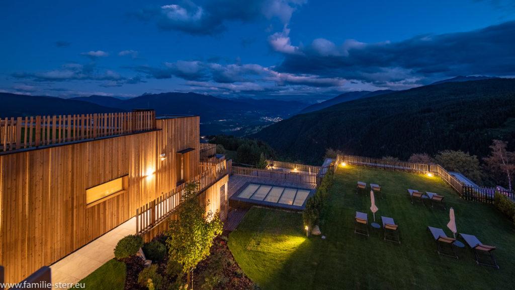 Blick vom Tratterhof in Meransen zur blauen Stunde ins Tal