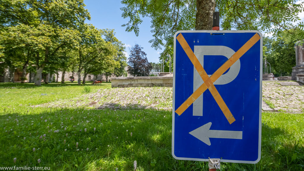 nicht parken Schild aus einem durchgestrichenen Parkplatz - Schild