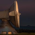 Satellitenantenne an der Erdfunkstelle Raisting am späten Abend