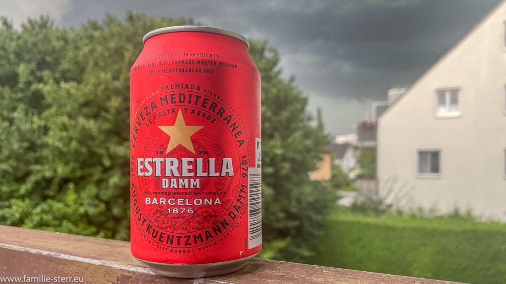 eine Dose Estrella Bier aus Barcelona, im Hintergrund zieht ein Gewitter auf