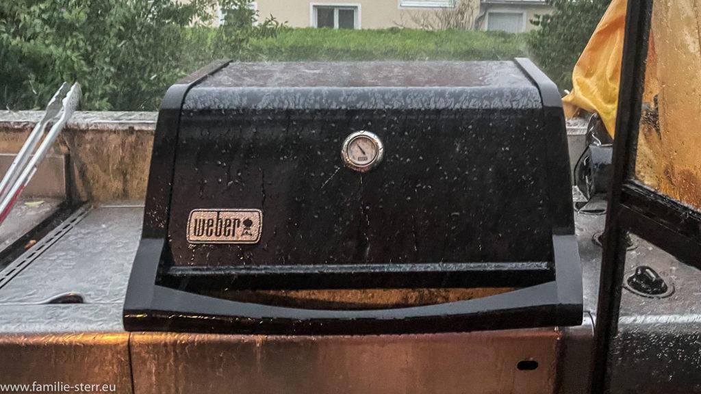 Deckel eines Weber Spirit im Gewitterregen