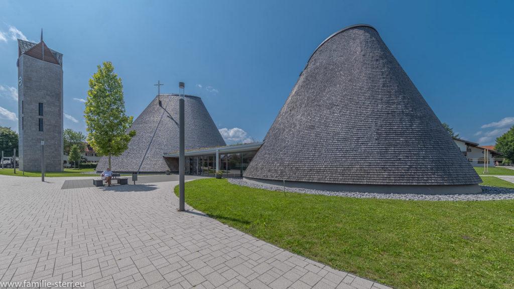 Gesamtansicht St. Josef in Holzkirchen - Kapelle, Kirche und Kirchturm