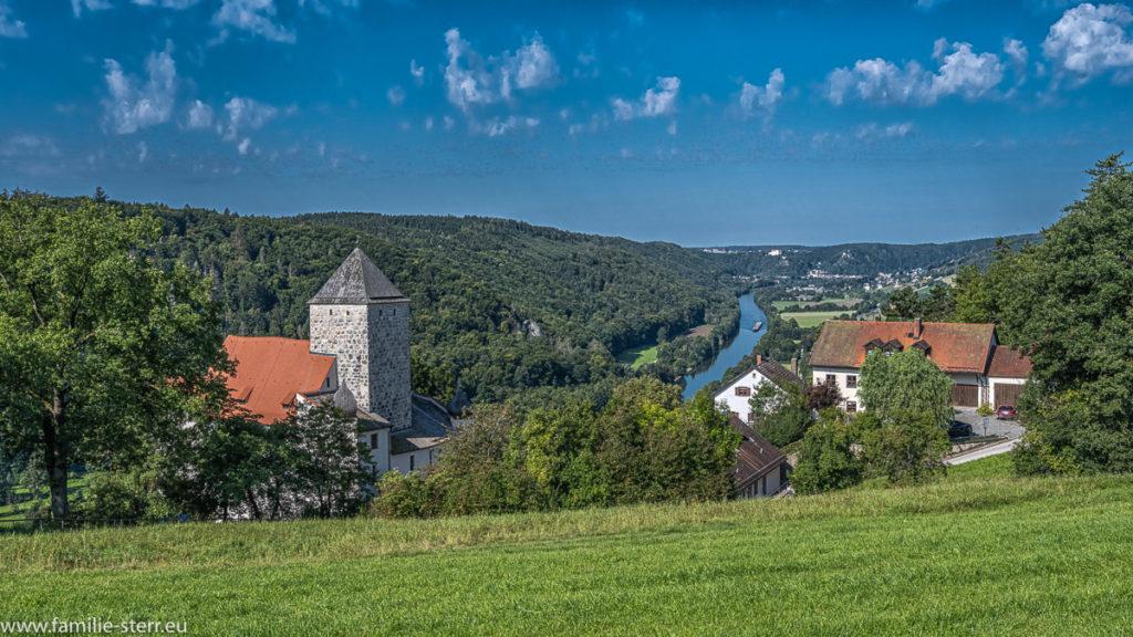 Blick vom Spazierweg oberhalb der Burg Prunn auf die Burg und das dahinter liegende Altmühltal mit dem Main-Donau-Kanal