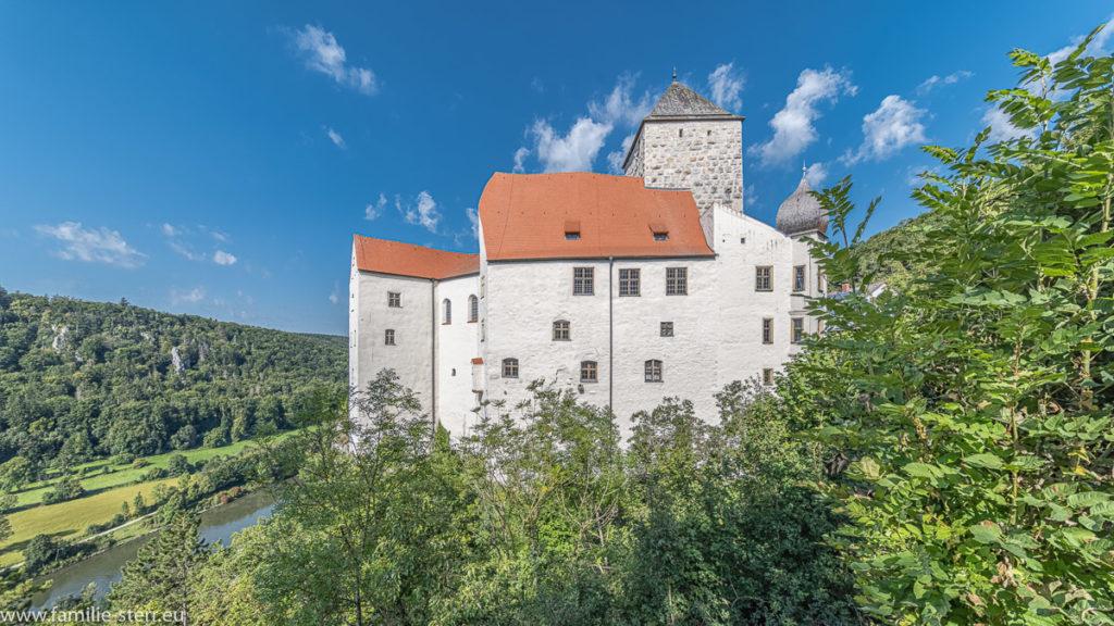 Blick von der Seite auf die Burg Prunn und die darunter fließende Altmühl