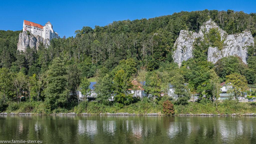 Blick über den Main - Donau - Kanal auf die Burg Prunn und die Felsenwände