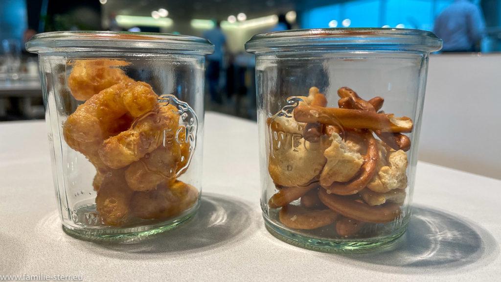 zwei kleine Gläser mit Knabbereien in der LH Lounge am Flughafen in München