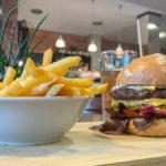 Cheeseburger mit zwei Pattys und dazu Pommes Fritten beim Tasty Gorilla in Hallbergmoos