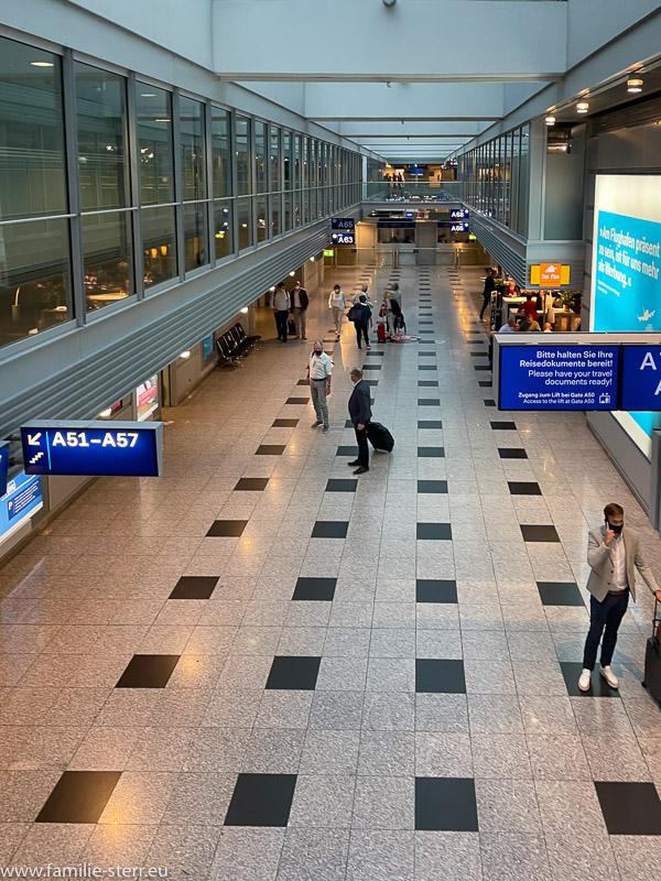 wenige Passagiere im Abflugbereich A am Flughafen Düsseldorf