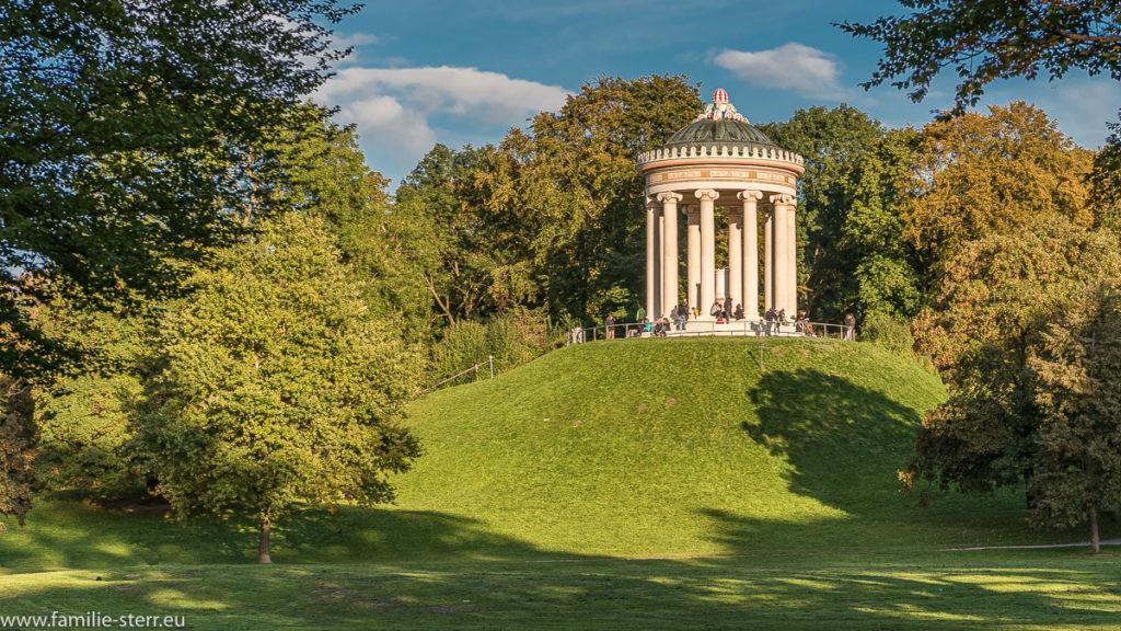 der Monopteros im Englischen Garten in München in der Nachmittagssonne an einem Tag im Frühherbst