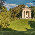 Monopteros im Englischen Garten in München an an einem sonnigen Herbsttag