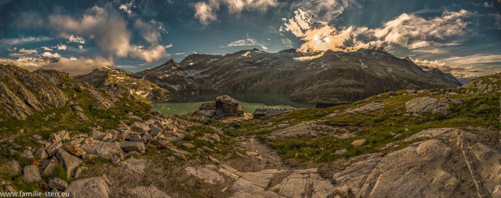 Blick vom Schafbühel auf die Rudolfshütte und den Weißensee bei Sonnenuntergang