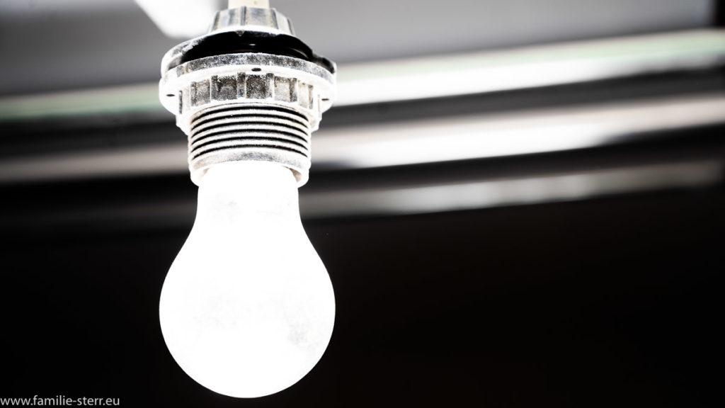 weiß strahlende Glühbirne